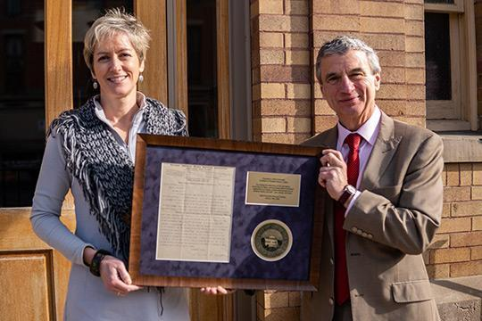 Laurie Lounsberry Meehan '91 and President Mark Zupan with the framed 1903 Susan B. Anthony letter.